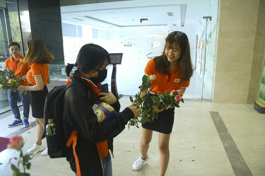 """""""Rất bất ngờ và tưởng như chương trình 8/3 đến sớm, rất vui khi sáng sớm đã được mọi người tặng hoa"""", chị Võ Kim Tuyến, FPT Telecom, chia sẻ."""