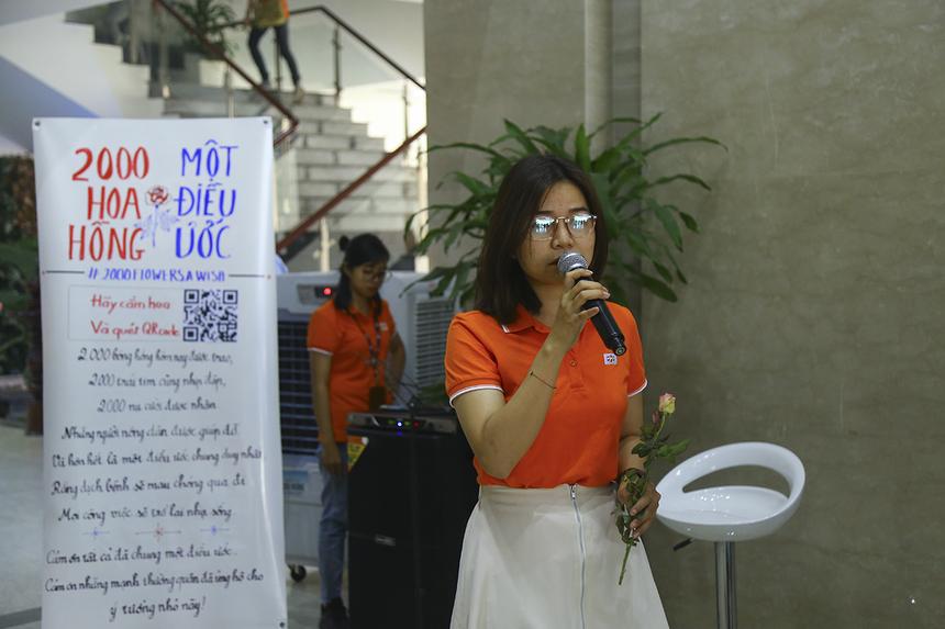 """Trong không gia sảnh tòa nhà, chị Thu Hoài hát tặng cho chương trình và những thành viên nhà F được trao hoa bài hát """"Cảm ơn cuộc đời""""."""