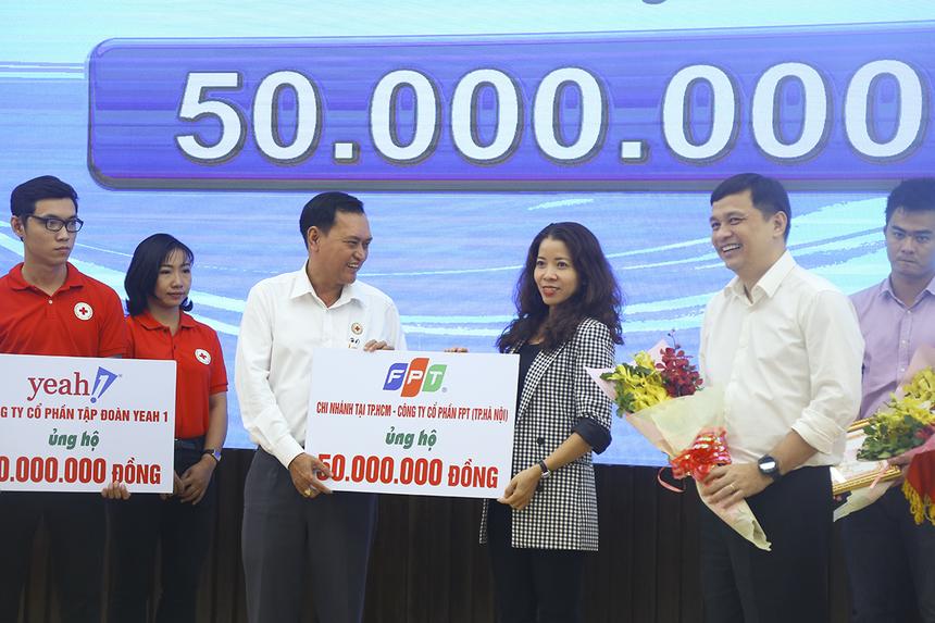 Chị Vũ Thị Vân Hải - Phó ban Văn hóa - Đoàn thể đại diện tập đoàn FPT trao tặng hội Chữ thập đỏ TP HCM 50 triệu đồng ủng hộ quỹ hiến máu nhân đạo và phòng chống dịch Covid-19.