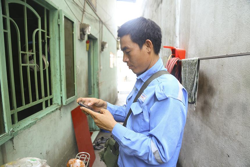 Khác với trước kia khi làm việc theo tổ, anh Huỳnh Thanh Phúc được nhận số ca làm việc vào buổi sáng và tự triển khai kế hoạch lắp đặt, bảo trì.