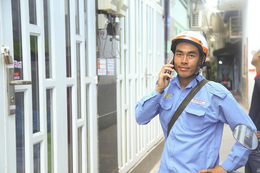 Giờ đây vớiphân công tối ưu, mọi việc phân công đều do hệ thống sắp xếp. Sau khi triển khai lắp đặt ở nhà một khách hàng tại phường Tân Thuận Đông, anh Huỳnh Thanh Phúc tiếp tục nhận ca vụ mới và liên hệ với khách hàng ở phường Phú Thuận.
