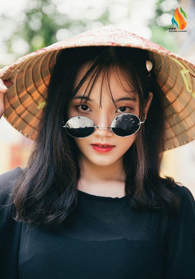"""Nguyễn Hoàng Thuỳ Trinh (FPT IS ERP) gây dấu ấn với bức ảnh theo phong cách tinh nghịch và dòng caption """"câu like"""": """"Em đã thả thính, sao anh chưa thả like""""."""
