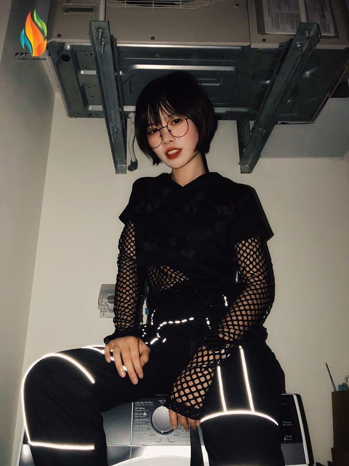 Còn cô nàng Vũ Thi Thu Huyền (FPT IS ERP) lại đem đến cuộc thi bức ảnh đậm chất mental rock, mở ra cái nhìn khác lạ về những nữ lập trình nhà Hệ thống.