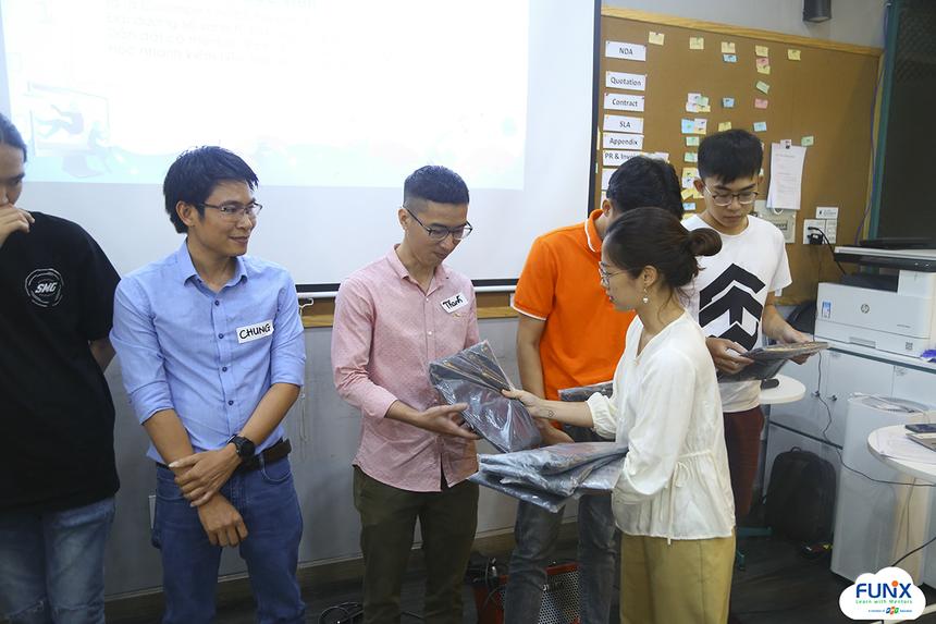 Bên cạnh buổi tọa đàm, FUNiX còn tiến hành tiếp nhận sinh viên mới và trao thưởng cho những sinh viên đạt thành tích học tập tốt trong tháng 2 vừa qua.