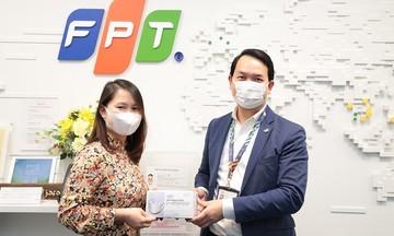 Người FPT Japan sẻ chia khẩu trang với đồng nghiệp