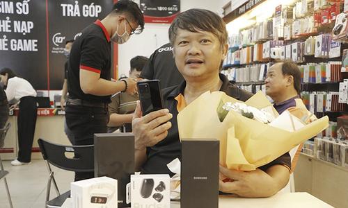 FPT Shop giao hơn 3.000 máy Galaxy S20 Series trong ngày mở bán