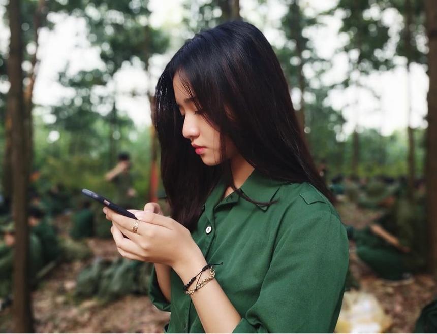 Mai Linh vẫn xinh xắn trong những khoảnh khắc rất đời thường và giản dị khi học quân sự.