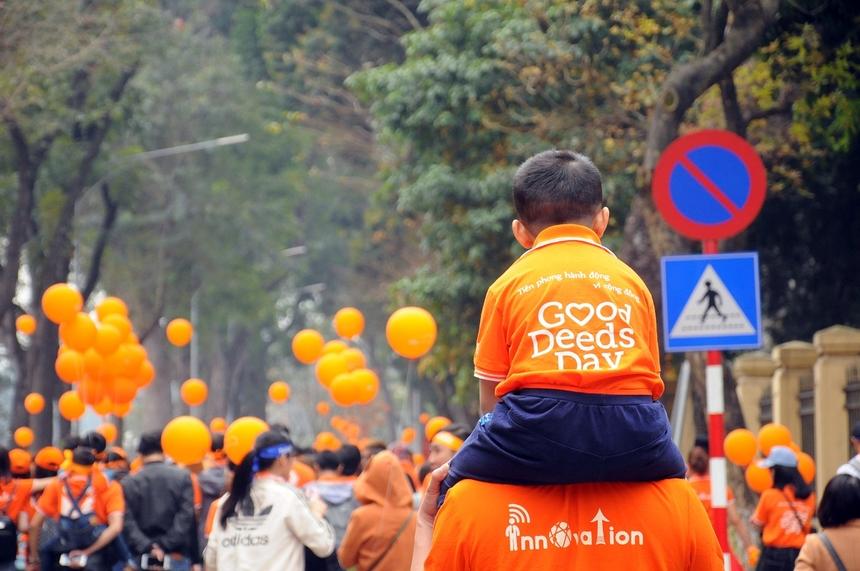 Lần đầu tiên, 5.000 người FPT cùng gia đình đã đi bộ quanh hồ Gươm tham gia Ngày hội tình nguyện 'Tiên phong hành động vì cộng đồng' và lan tỏa lòng nhân ái. Sự kiện được diễn ra ngày 11/3/2018, nhân dịp FPT tròn 30 năm thành lập. Ảnh: Lê Hoàng.