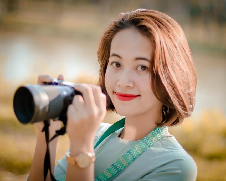 """Mặc dù tốt nghiệp chuyên ngành Kế toán tại Huế nhưng Trang muốn phát triển bản thân tại vị trí Giao dịch viên tại FPT Telecom Quảng Trị. Trang chia sẻ: """"Con người là yếu tố níu kéo tôi ở lại với chi nhánh"""". Mọi người tại chi nhánh đều yêu thương nhau, gắn kết như người trong gia đình."""