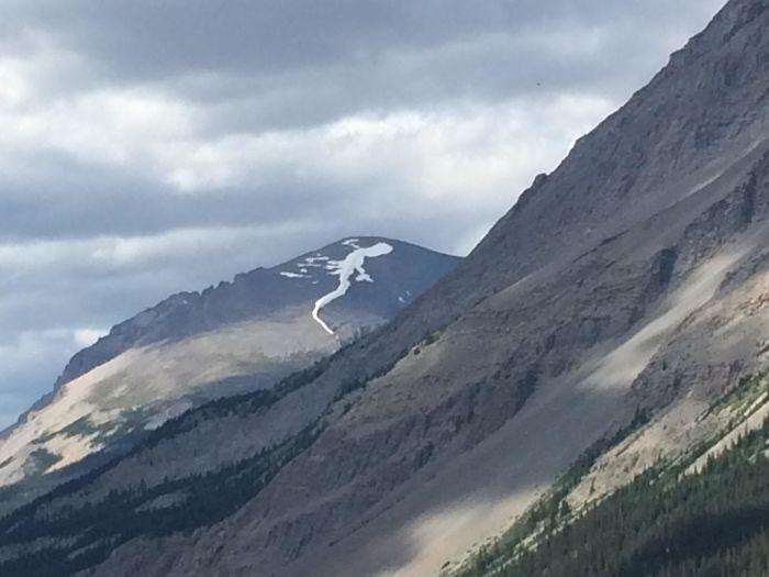 Tuyết trên đỉnh núi này trông giống như một con thằn lằn