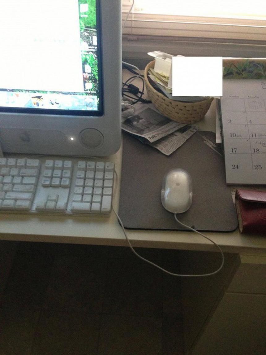 """Bà gọi điện và nói rằng chuột máy tính của bà bị hỏng, nó luôn di chuyển ngược lại hướng bà muốn. Nhìn bức ảnh bà gửi, tôi đã hiểu nó """"hỏng"""" ở đâu."""