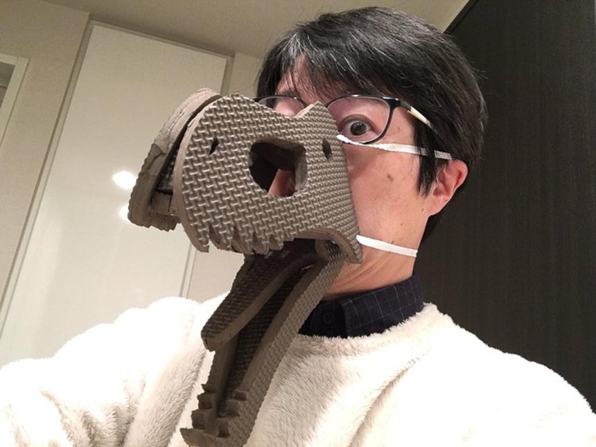 Khẩu trang khủng long: Dù ngay chính người sáng tạo ra loại khẩu trang này cũng không dám chắc về khả năng phòng tránh virus corona, sản phẩm này vẫn gây sốt tại Nhật trong thời gian gần đây.