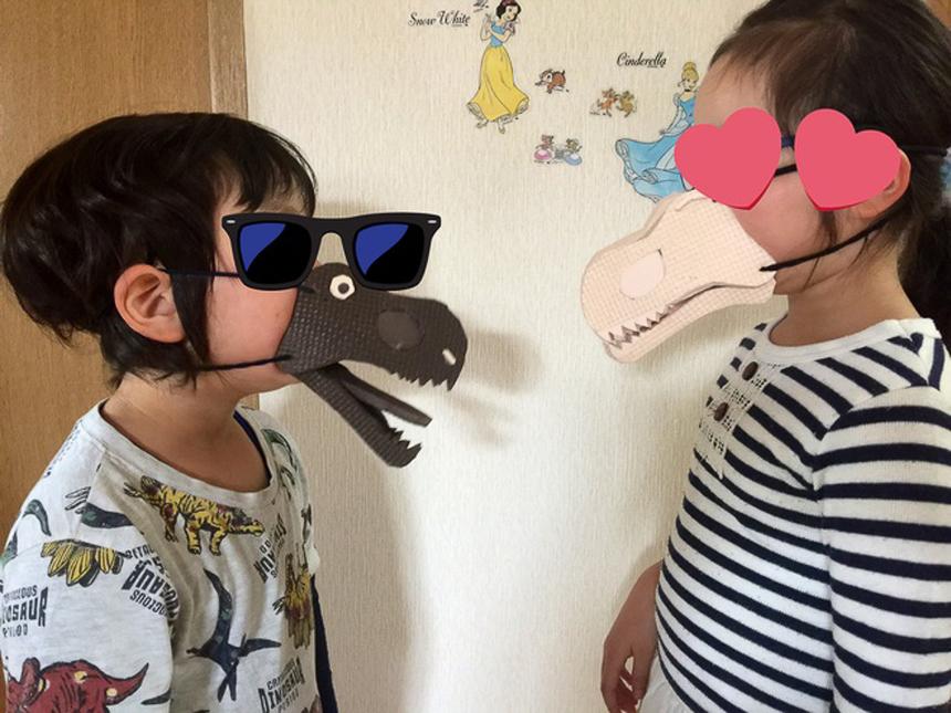 Lấy ý tưởng từ loại khủng long bạo chúa, chiếc khẩu trang có thiết kế độc đáo này rất được lòng trẻ em. Tuy nhiên, nhiều phụ huynh chỉ mua với mục đích làm đồ chơi cho trẻ mà không có ý định sẽ thay thế khẩu trang y tế, khẩu trang vải để phòng dịch Covid-19.