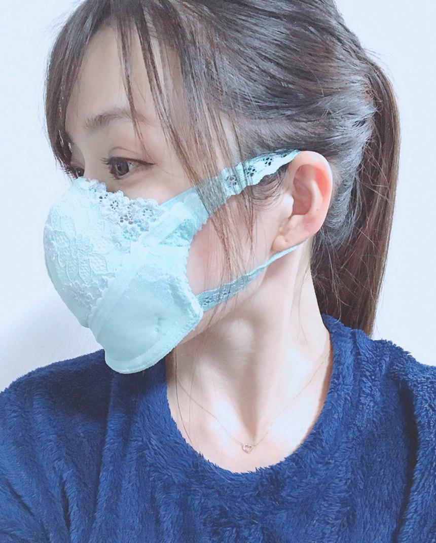 """Khẩu trang làm từ áo lót: Người mẫu Yumeno Asahina gần đây gây chú ý với bài đăng chia sẻ """"bí quyết"""" biến áo lót thành khẩu trang tại trang cá nhân. Asahina nói rằng việc nghĩ ra cách chế khẩu trang từ áo lót là trò đùa, song cô có thể sử dụng nó trong trường hợp quá khan hiếm khẩu trang."""