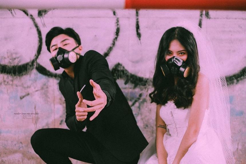 Với tông màu tối, bộ ảnh mang vẻ khác lạ khi cặp đôi cùng tạo dáng với những chiếc mặt nạ phòng độc. Theo Tuấn Anh, ekip muốn nhắn nhủ mọi người hãy luôn tự bảo vệ mình.