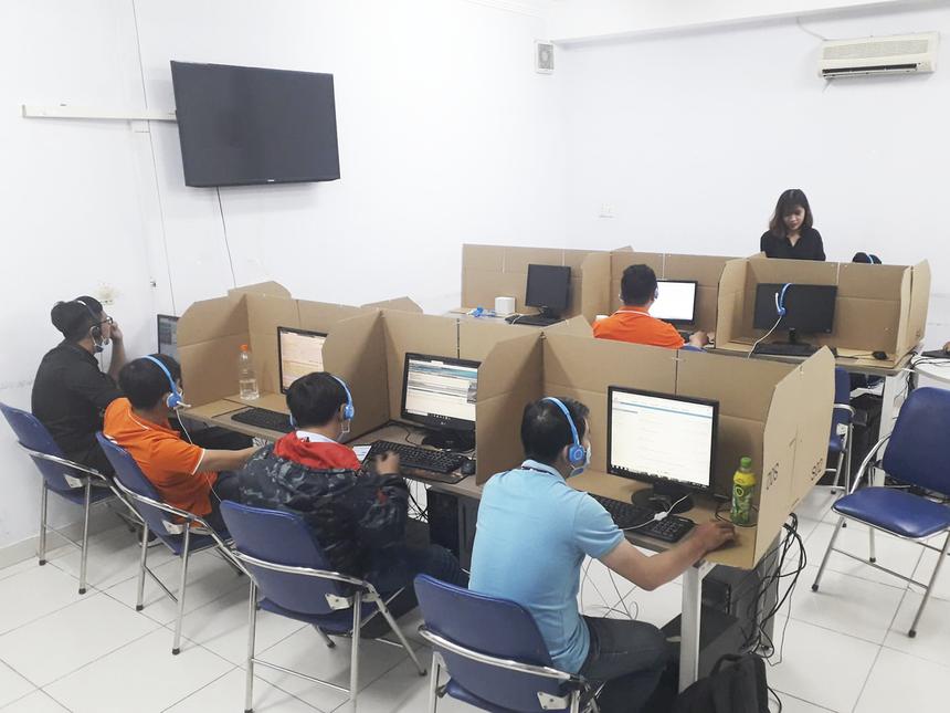 Tại văn phòng, phòng Chăm sóc khách hàng FPT Telecom HCM cũng tổ chức một khu làm việc dã chiến (bên ngoài trung tâm). Nguyễn Minh Hiếu - nhân viên trung tâm bày tỏ, mặc dù phân tách làm việc nhưng mọi công việc vẫn được diễn ra ổn định.
