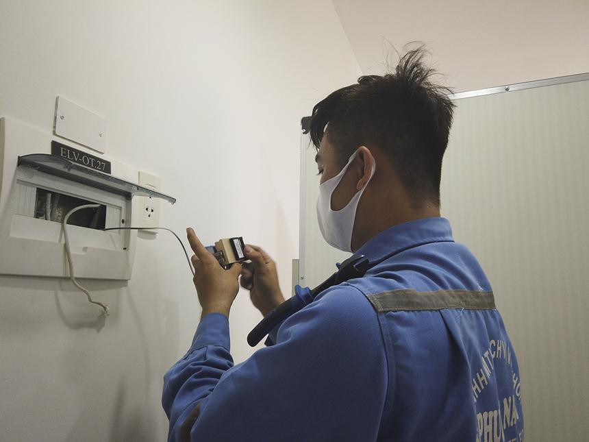 """Từ khi nhận quy định của công ty, anh Hồng Bỉnh Lâm luôn tự ý thức việc đeo khẩu trang và thường xuyên rửa tay để phòng bệnh. """"Mới đầu mang khẩu trang cả ngày cũng chưa quen, nhưng điều đó giúp phòng bệnh cho bản thân và khách hàng"""", anh Lâm chia sẻ."""