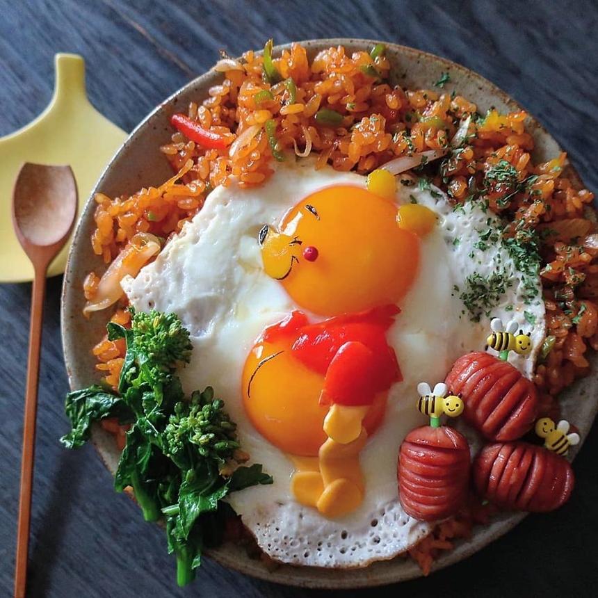 Ai làm cha mẹ cũng đều hiểu trẻ con kén ăn thế nào. Với những thiên thần nhỏ, bên cạnh hương vị, phần trang trí của món ăn cũng rất quan trọng. Điều này đã trở thành động lực để bố mẹ học cách bày biện, làm hài lòng những nhà phê bình ẩm thực tí hon. Một trong số đó là cô Etoni Mama, mẹ của ba cô con gái lần lượt lên 11, 9 và 7 tuổi tới từ Tokyo, Nhật Bản. Những bữa ăn chị làm đến người lớn cũng phát thèm.