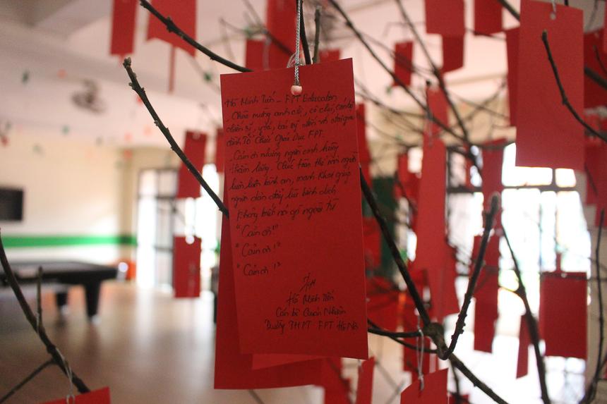 Cạnh đó, nhiều học sinh, sinh viên gây bất ngờ khi để lại những dòng nhắn nhủ dễ thương dành cho những người đến ở trong thời gian cách ly.