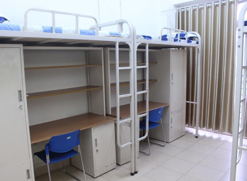 Đa số mỗi block gồm 2 phòng dành cho 8 người, được trang bị đầy đủ giường tầng, đệm, tủ, quạt và điều hoà sẵn sàng. Một số phòng được thiết kế theo dạng phòng đơn với đầy đủ trang thiết bị cần thiết.