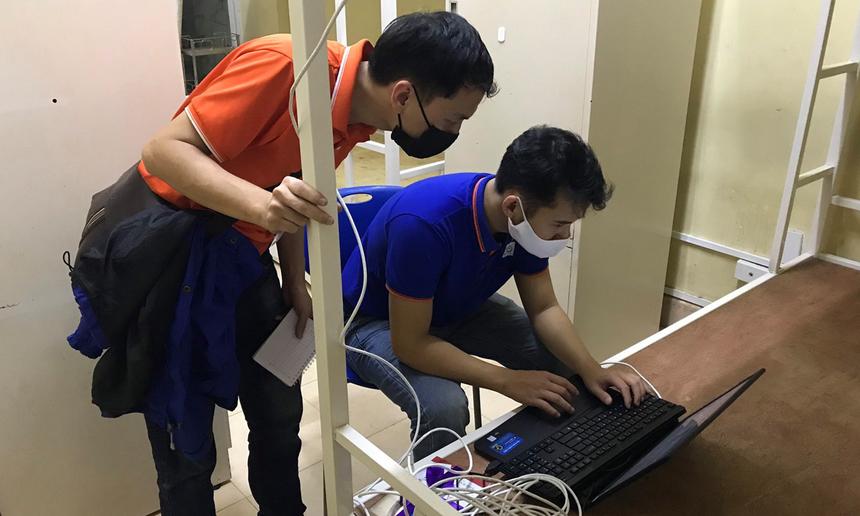 Xuyên đêm nỗ lực, nhóm kỹ thuật viên FPT Telecom cố gắng hoàn thành việc trang bị hạ tầng Internet FPT tốc độ cao hoàn toàn miễn phí cho khu vực cách ly tại ký túc xá Hòa Lạc. Song song đó, FPT Play sẽ cung cấp hàng loạt VIP Code của ứng dụng cho những người cách ly giải trí.