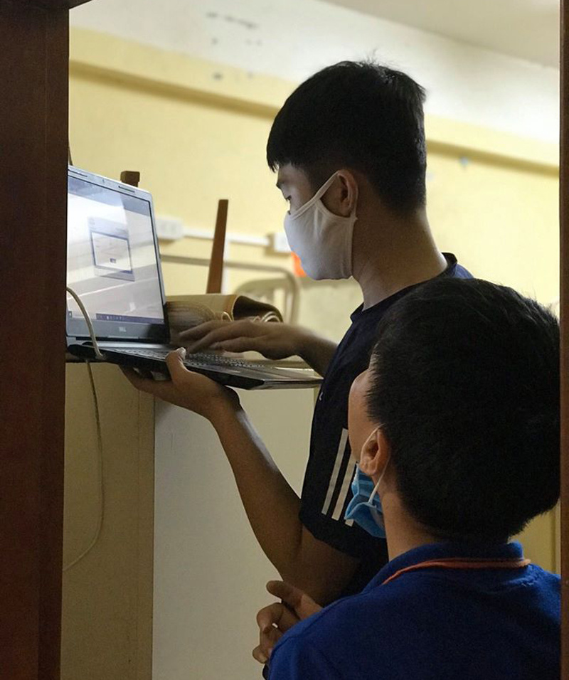 Đội kỹ thuật - hạ tầng FPT Telecom do anh Nguyễn Văn Mậu, GĐ TIN, miệt mài hỗ trợ dọn dẹp vệ sinh và kiểm tra, nâng cấp hệ thống mạng tại khu ký túc xá. Khoảng 1h30 ngày 23/3, khi các đơn vị khác đã rút quân về Hà Nội, nhóm anh Mậu vẫn xuyên đêm để tiếp tục kiểm tra chất lượng đường truyền các toà A, B, C, D, E, H được sử dụng làm khu cách ly. Khoảng 4h sáng nay, công việc của cả đội mới hoàn thiện. Bình minh ngày mới, cả team mới có thể cùng ngồi lại và nghỉ ngơi.