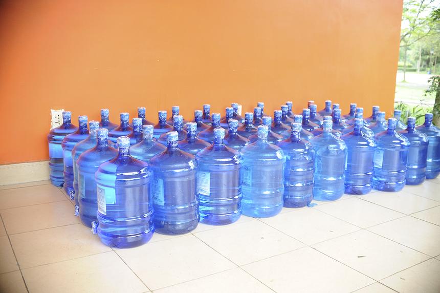 Nước uống và thực phẩm được tiếp tế thường xuyên cho khu cách ly để chuẩn bị đón những người dân đầu tiên đến.