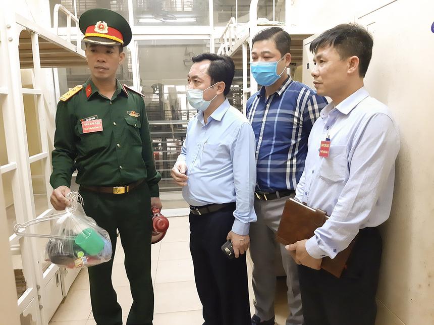 Ông Nguyễn Mạnh Hồng - Chủ tịch huyện Thạch Thất - trực tiếp theo dõi và chỉ đạo công tác chuẩn bị, đón tiếp người đến cách ly ở ký túc xá FPT Edu Hà Nội.