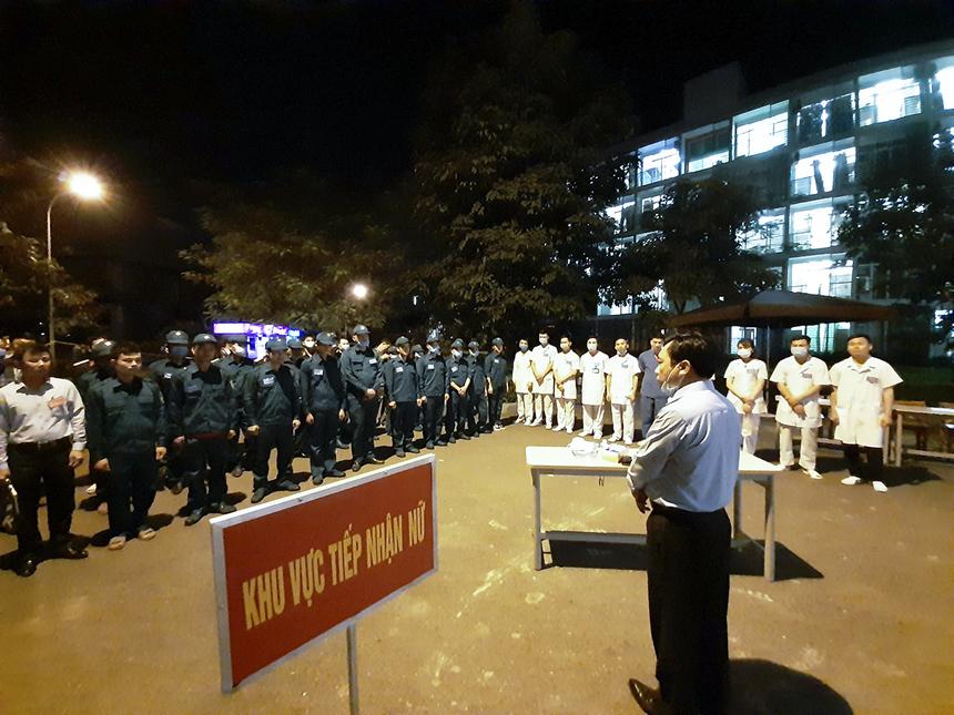 Chủ tịch huyện Thạch Thất đã trực tiếp nhắc nhở, động viên đội ngũ cán bộ y tế và lực lượng vũ trang tham gia làm nhiệm vụ. Ngoài ra, ông Hồng còn đề nghị tăng cường số lượng bàn tiếp nhận người cách ly.