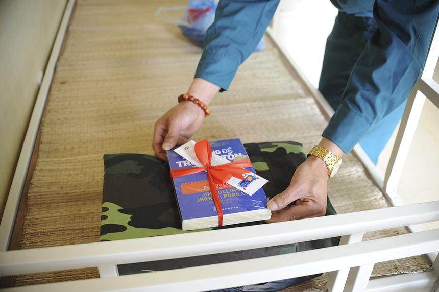 Ngoài nhu yếu phẩm, người FPT còn chuẩn bị món quà là những cuốn sách để tặng người ở cách ly 14 ngày tới.