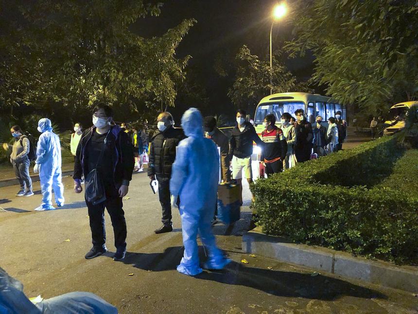 23h, đoàn người cách ly đầu tiên gồm 28 thành viên về đến khu cách ly. Cả đoàn nhanh chóng xếp hàng làm thủ tục, được đội ngũ y tế tiến hành hướng dẫn, khử khuẩn hành lý trước khi nhập phòng.