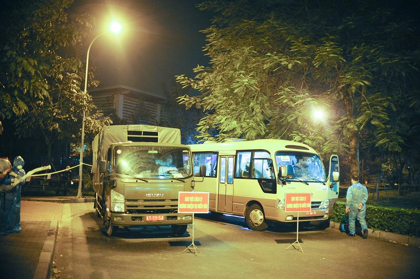 23h, hai chiếc xe chở 28 người trở về từ Macao đến khuôn viên khu cách ly KTX FPT Edu. Tại đây, lực lượng vũ trang địa phương đã nhanh chóng chuẩn bị bình xịt khử khuẩn xe và hành lý.