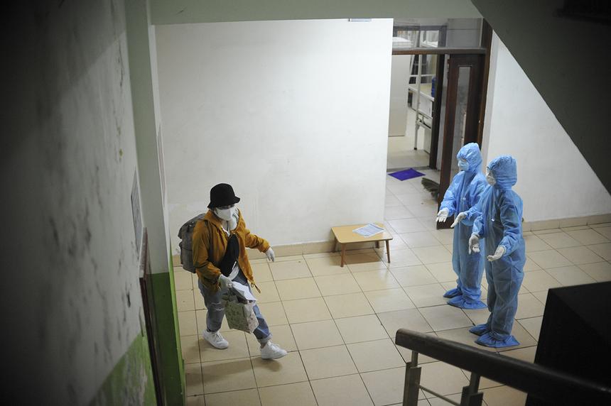 Tại các phòng, lực lượng hỗ trợ cũng đứng dọc hành lang, cầu thang bộ và trước cửa phòng để giúp người cách ly nhanh chóng nhận phòng, ổn định chỗ ở.