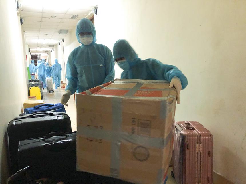Số lượng lớn hành lý của người cách ly được lực lượng hỗ trợ tiến hành xịt khử khuẩn, trước khi được phân chia mang đến các phòng.