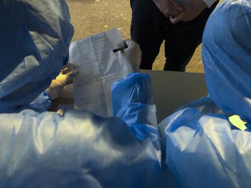Sau 5 giờ chờ đợi, đội ngũ y tế tiếp nhận thông tin khai báo của người đến cách ly.