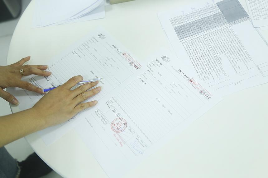 Các CBNV có thể mang vật dụng công ty, như: laptop, máy tính bàn... về nhà để phục vụ công việc, nhưng cần phải đăng ký và làm giấy xuất - nhập thiết bị.  Theo anh Nguyễn Ngọc Sơn, phòng Hạ tầng, trong thời gian ngắn, toàn bộ nhân sự đơn vị đã căng mình cài đặt VPN cho gần 1.000 nhân viên làm việc ở nhà để đảm bảo kết nối thông suốt.