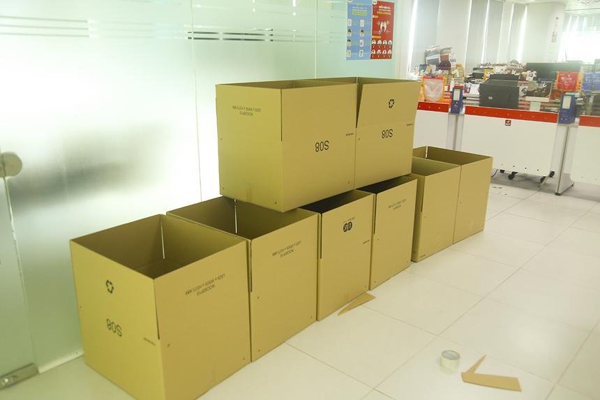 Sen Đỏ đã chuẩn bị sẵn số lượng lớn thùng carton, băng dính để CBNV thu xếp đồ đạc mang về nhà làm việc.