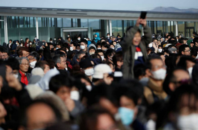 Người dân Nhật Bản chen chúc xem lễ rước ngọn đuốc Olympic tại khu tưởng niệm sóng thần Ishinomaki Minamihama ở Ishinomaki, tỉnh Miyagi hôm 20/3. Ảnh: Reuters