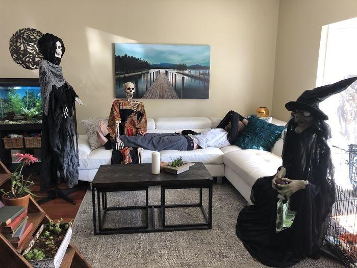 Sinh nhật bạn trai tôi, chúng tôi không thể mời bạn bè qua. Tôi không cho là anh ấy sẽ thích những vị khách thay thế này.