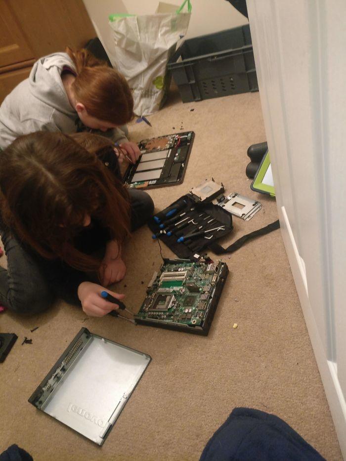 """<p class=""""Normal""""> """"Ba, chúng con chán lắm rồi!"""". """"Ok, bỏ chiếc máy tính xách tay này xuống, rồi dựng lại"""".</p>"""