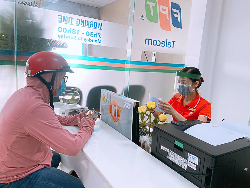 Phòng Văn hóa - Đoàn thể FPT Telecom cũng đã tặng hàng trăm mũ chống dịch cho CBNV, trong đó có các nhân viên tại quầy giao dịch...