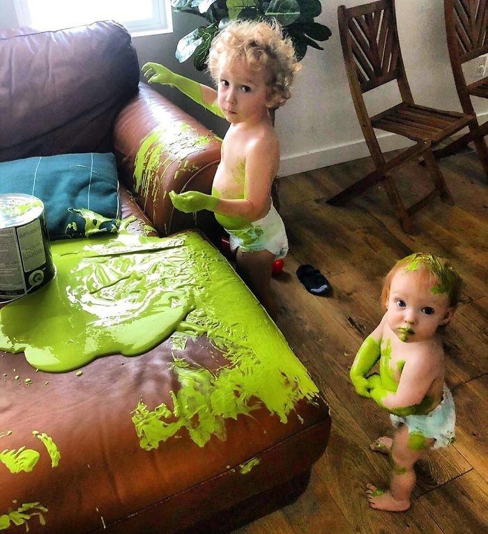"""<p class=""""Normal""""> Dùng nước mắt để làm sạch lớp sơn màu xanh lá cây vương vãi khắp nhà.</p>"""