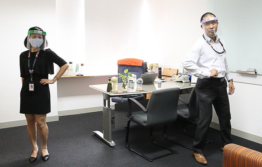 """Chủ tịch FPT Software HCM Nguyễn Đức Quỳnh và Giám đốc Trần Thị Kim Phượng cũng hưởng ứng """"đội mũ thật ngầu"""". Mũ được thiết kế có logo của công ty thành viên."""