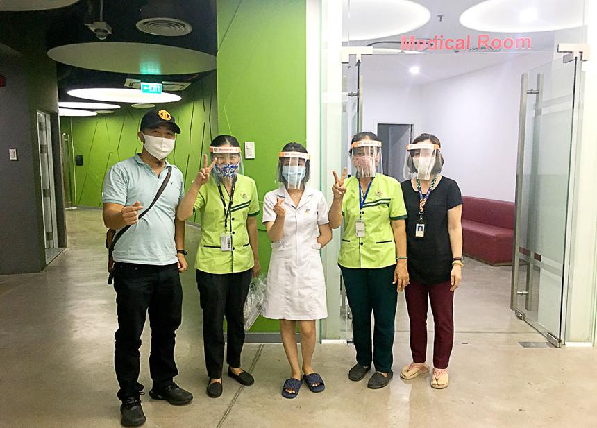 Các nhân viên y tế, vệ sinh... đội mũ chống giọt bắn.