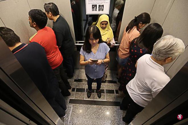 Một tòa nhà ở Singapore đưa ra hướng dẫn sử dụng thang máy cho khách ra vào mùa dịch Covid-19. Theo đó, người đi chung thang máy quay mặt vào tường, tránh mặt đối mặt với những người khác để hạn chế việc tiếp xúc, nói chuyện. Mọi người được khuyến khích quay lưng vào nhau khi ở cùng trong thang máy, đứng vào vị trí theo các ô vuông phân sẵn trên sàn nhà. Ảnh: Asia One