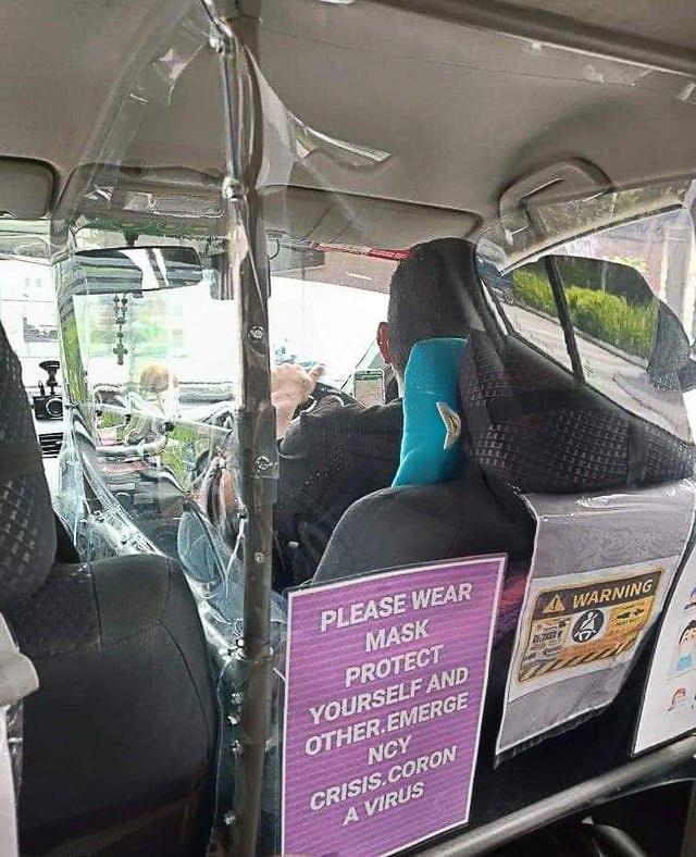 """Tại Trung Quốc, vào thời điểm số ca mắc virus corona tăng theo cấp số nhân mỗi ngày, các tài xế taxi lắp đặt lớp màn bằng nhựa trong ôtô nhằm tăng cường phòng dịch để bảo vệ sức khỏe cho bản thân, cũng như hành khách. Didi Chuxing, một tài xế cho hay anh nảy ra ý tưởng sau khi một người đồng nghiệp cùng công ty mắc Covid-19. """"Không gian của xe quá kín, chỉ một cú hắt hơi cũng có thể đem lại sự căng thẳng giữa người lái và khách hàng"""", anh cho hay. Ảnh: SCMP/ Peasankie"""