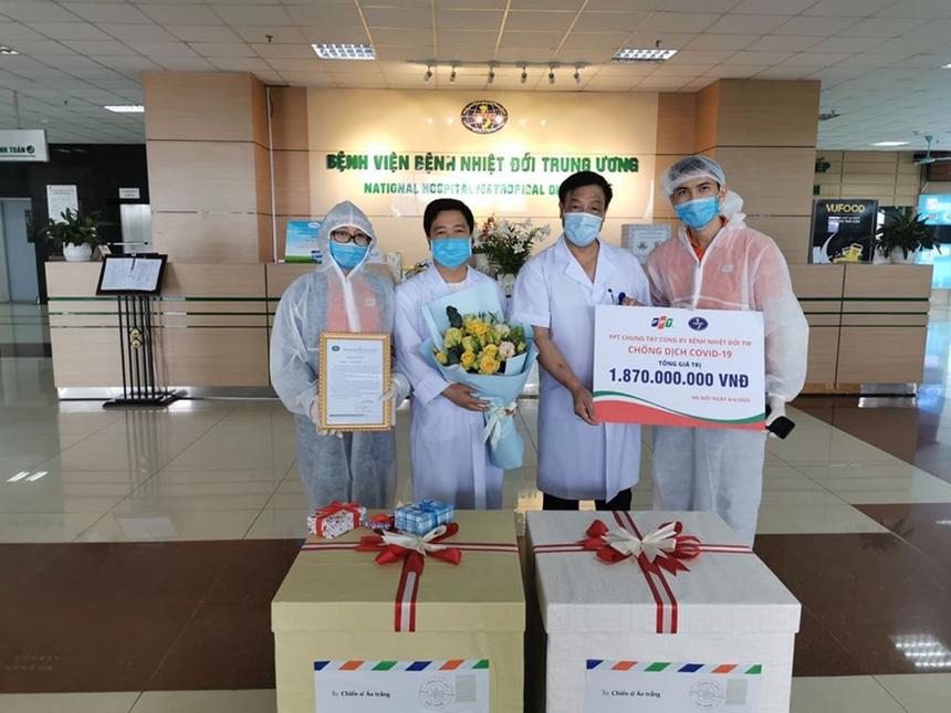 Ngày 4/4, hành trình tiếp sức các chiến binh áo trắng trên tuyến đầu chống dịch của FPT đến Bệnh viện Bệnh nhiệt đới Trung ương (Kim Chung, Đông Anh, Hà Nội) với giá trị tài trợ hơn 1,8 tỷ đồng. Với 7.000 bộ đồ bảo hộ (trong đó có 700 bộ loại cao cấp), 7.000 khẩu trang y tế (700 loại N95 và N96), đại diện FPT nhận định, đây là giai đoạn quan trọng chống dịch. FPT luôn sẵn sàng đồng hành cùng các y bác sĩ.