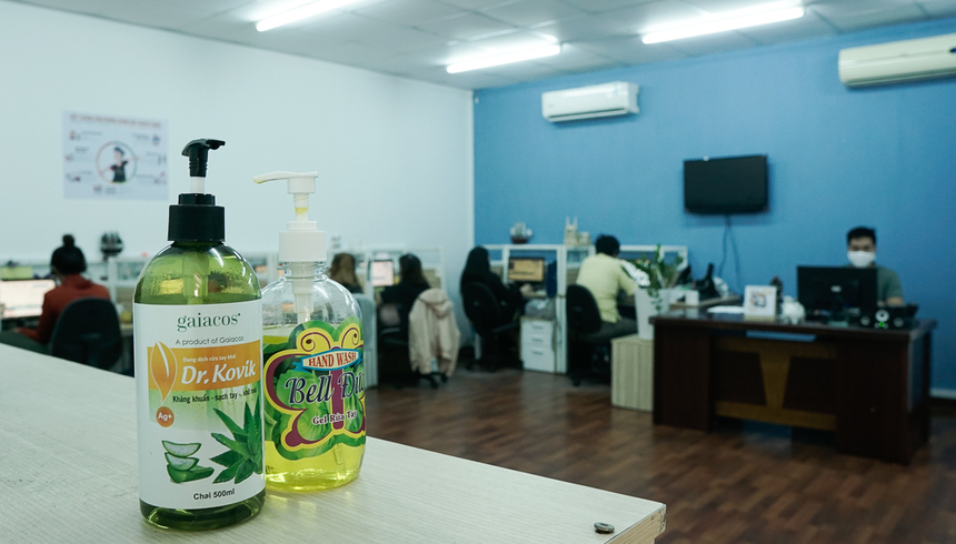 Tại văn phòng, nước rửa tay diệt khuẩn và khẩu trang được sử dụng để đảm bảo sự an toàn cho CBNV.