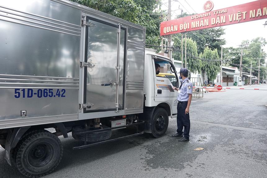 Tại lối vào ngõ, nhân viên an ninh khu phố cũng kiểm tra thân nhiệt mọi đối tượng đi vào để đảm bảo an toàn cho người dân, các cơ sở kinh doanh bên trong.