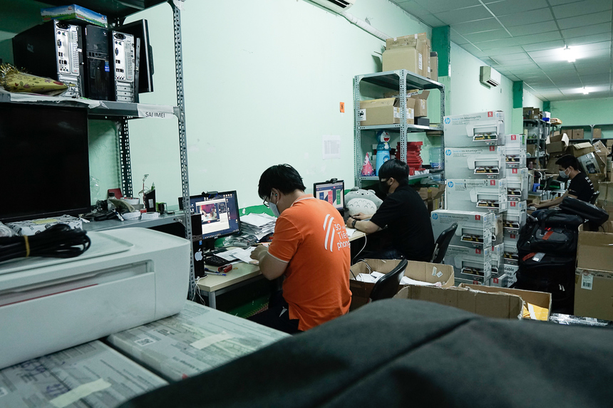 Kho hàng laptop - điện thoại không bị quá tải dù cầu tăng vọt, do hàng hóa được chia bớt trực tiếp về các cửa hàng.